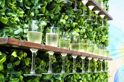 Champagne wall met welkomstdrankjes, champagne bar, welkomst act, catering, food entertainment, prosecco, welkomst entertainment, ontvangst, gold, green, nature, groene wand, verticale champagne tuin, champagne toren